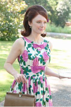 Criadas y Señoras.Hilly (Bryce Dallas Howard): Conservadora e impecable, Hilly siempre se ciñe a las normas (y no necesariamente a las buenas). Le gusta ir a la moda, es decir, vestir 'a la última'. Es la dama perfecta con vestidos de flores de los 60, enaguas de tul y colores llamativos: rosa, violeta, amarillo y verde esmeralda. Hilly se empapa el Vogue y obliga a su pobre sirvienta a copiar el look de la 'it girl'.