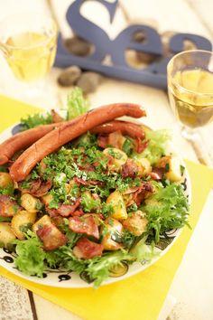 Lämpimässä pekoni-perunasalaatissa yhdistyy pääruoka ja salaattilisäke. Se sopii hyvin nopeaksi arkiruuaksi.