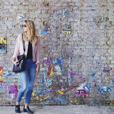 Wir waren heute mit einem unserer Lieblinge aus der aktuellen @fossil Kollektion unterwegs ☀️☀️ Dabei haben wir uns für die schlichte schwarze Variante entschieden. Den Liebling gibt es aber auch noch in richtigen Knaller-Farben bei uns im Shop🎉🎉 Link in Bio. _____________________________ #meinelieblingstasche #fashioninspo #bags #shopnow #onlineshopping #fashionlover #klassestattmasse #streetstyle #cologne #ootd #fossil