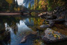 O outono enche de cores o cenário dessa ponte sobre o Rio Mercede, em Yosemite, Estados Unidos