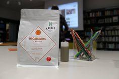 NICARAGUA - EL BOSQUE (farma) Pôvod kávy zo strednej ameriky v oblasti San Fernando. Pomaranč, limetka, zelené jablko a slivka. Množstvo úrody 414 Kg (6x69 Kg bags), Mikro-Lot. Zber 2014. Odroda Yellow Catuai. Spracovanie mokré (Washed & Patio dried). Nadmorská výška 1290 m. Producent je Julio Peralta. Certifikát Rainforest Alliance.
