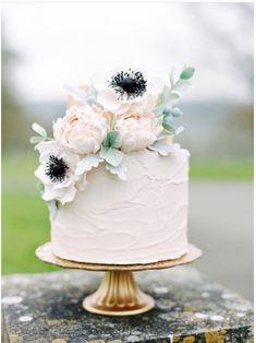 Hochzeitstorte mit echten Blumen, Pfingstrosen und Anemone, romantisch