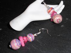 Ein romantisch / verspieltes paar Ohrhänger.  Die Perlen  sind ausschließlich von Hand bearbeitet.  http://de.dawanda.com/product/34720677-925-Silber-Ohrhaenger-mit-Rainbow-Jaspis-Koralle Einige Info´s zum Regenbogen Jaspis: Er sol...