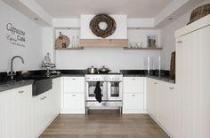 White and cozy Happy Kitchen, Country Kitchen, New Kitchen, Kitchen Interior, Kitchen Decor, Kitchen Paint, Kitchen Backsplash, Kitchen Cabinets, Small Apartment Decorating