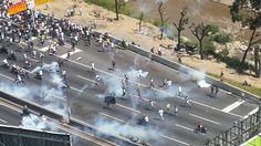 A está hora  #Represión en #Caracas luego de la #Protesta #TomaDeCaracas #Foto AV Francisco Fajardo @CESCURAINA/Prensa en Castellano en Twitter