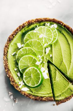 This vegan key lime pie recipe is made with avocados and will slay the dessert table- even the non-vegans in my life love this recipe! Healthy paleo and raw key lime pie recipe. Healthy Vegan Dessert, Healthy Foods To Eat, Vegan Desserts, Summer Desserts, Healthier Desserts, Healthy Baking, Vegan Key Lime Pie, Vegan Pie, Tarte Vegan