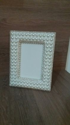 Porta retrato perolado Jewelry Frames, Crochet Projects, Arts And Crafts, Diy, Decorated Boxes, Moldings, Pearl Bouquet, Chalkboard Mirror, Notebook Ideas