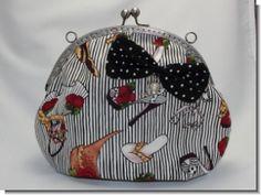Kleine Tasche aus Patchworkstoff mit silberfarbenem Bügelverschluss. Durchmesser ca. 24 cm