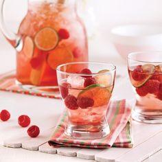 Voici un délicieux punch rosé où flirtent le sucre et l'acidité. Il fait chaud et vous ne voulez surtout pas le diluer? Remplacez les glaçons par des framboises surgelées!