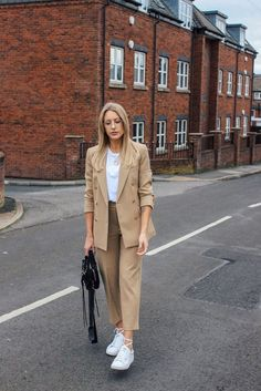 casual suit ideas for women street style Today's post is a short and sweet one to share my love for this amazing camel suit and the Holly Willoughby x Marks and Spencers… Street Style Today, Nyc Street Style, Rihanna Street Style, European Street Style, Casual Street Style, Street Style Women, Casual Style Women, Elegant Style Women, Casual Wear Women