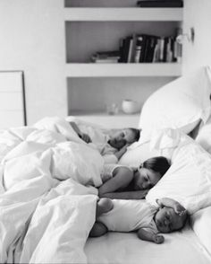 Find images and videos about white, baby and bed on We Heart It - the app to get lost in what you love. Cute Family, Baby Family, Family Goals, Family Life, Little Babies, Little Ones, Cute Babies, Everything Baby, Baby Kind