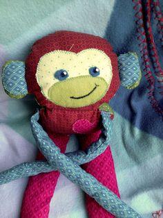Eeendlich! Mein Neffe hat am 2. August das Licht der Welt erblickt! Herzlich Willkommen Emilian!!! Ich konnte einfach nicht anders und musste diesen kleinen Affen Jojo für ihn machen. Ganz vielleicht wird es ja das Lyblingskuscheltier, dass er noch mit 20 haben wird??? Vielleicht auch nicht... aber cool wäre es schon :) Bei mir war es einen kleines Kamel von Steiff, dass ich von meiner Mama zur Geburt bekommen habe. Ich habe es natuerlich immer noch!