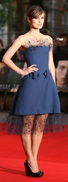Keira Knightley  - natürlich auch angezogen ein Hingucker!  - dark blue alexis mabille dress brown hair bangs