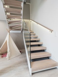 Stylish stairway has indirect LED-light in it. / Tyylikkään porrasratkaisun valaiseen epäsuora led-valo. www.valaistusblogi.fi