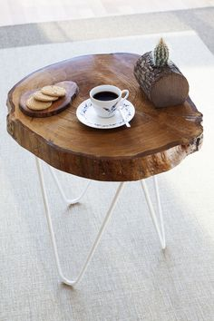Natural wood table - circle iron legs You can sit and have tea and read books Log Furniture, Painted Furniture, Furniture Design, Wooden Art, Wooden Tables, Wood And Metal, Wood Crafts, Wood Projects, Diy Home Decor