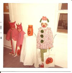 Vintage Halloween Costumes- My mom made all of them. I'm the clown on the right. My two little brothers are indeed devils. Retro Halloween, Halloween Fotos, Vintage Halloween Photos, Halloween Pictures, Halloween Horror, Vintage Photos, Halloween Costumes, Halloween Party, Halloween Illustration