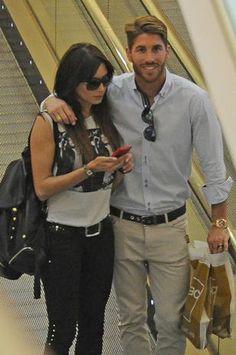 Sergio Ramos y  Pilar Rubio ya no se esconden. La pareja paseo estos días así de acaramelados
