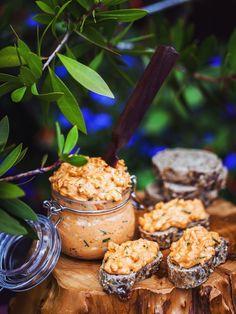 Hermelínová sýrová pomazánka  Potřebujete: 200 g plísňového sýra, 1–2 lžíce majonézy, 200 g čerstvého sýra (Lučina, Gervais, Žervé), lžičku sladké papriky (já dala uzenou), ½ lžičky pálivé papriky, pepř, sůl, 2 stroužky česneku, lžičku plnotučné hořčice, hrst pažitky, jarní cibulky nebo 1 malou cibuli Bread Recipes, Tapas, Cereal, Breakfast, Food, Morning Coffee, Essen, Bakery Recipes, Eten