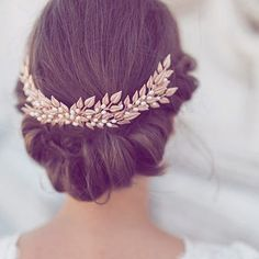 Sure, you COULD wear a tiara, but how about something a little more cool and relaxed like this #rosegold wreath? #wedding #weddinghair #weddingaccessories #pinkwedding #bride ( :camera: @weddingincolours via @latermedia )