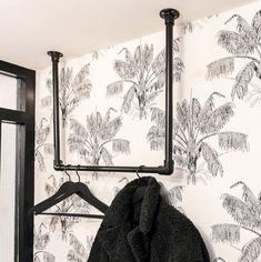 DIY: make your own clothes rack or coat rack from scaffolding tubes Make your own clothing rack Scaffold Tube, Steampunk Furniture, Hallway Inspiration, Make Your Own Clothes, Shop Fittings, Store Fixtures, Entryway Furniture, Interior Garden, Room Closet