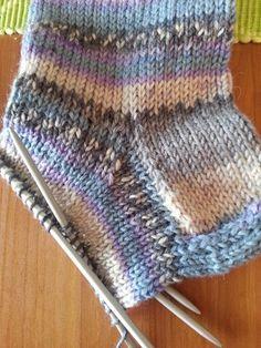 Strikk til flappen er 5 cm høy (str eller 6 cm høy (str Knitting Dolls Clothes, Knitting Socks, Doll Clothes, Crochet Curtains, Baby Knitting Patterns, Mittens, Knit Crochet, Stitch, Sewing