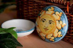 Un colorato sole a protezione dei tuoi preziosi. Decora la tua stanza da letto con questo portagioie in ceramica. Un porta gioielli unico e originale, decorato a mano, che saprà sempre strapparti un sorriso ogni volta che toglierai il coperchio per prendere i tuoi orecchini preferiti.  Una scatola multiuso, che potrà contenere tutto ciò che vorrai.   #etsy #jewelryboxes #art #ceramic #pottery #caltagirone #handmade #jewelry