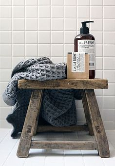 homedecor bathroom having photography that showcases the product within the context of the rooms that is cleans would be a great visual Bathroom Interior, Modern Bathroom, Bathroom Accessories, Decorative Accessories, Bad Styling, Creation Deco, Home Spa, Bathroom Cleaning, Bathroom Styling