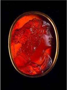 CAMÉE OVALE GRAVÉ D'UNE MÉNADE DE PROFIL… Camée ovale gravé d'une ménade de profil à droite. Sa chevelure est ornée d'une couronne de pampres Cornaline Signé MORELLI, XIXe siècle H. 3,4 cm AT