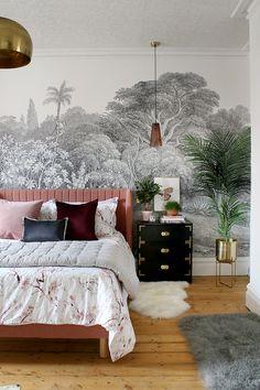 black and white wall mural bedroom with pink bed and gold accents Schwarz-Weiß-Wandbild Schlafzimmer mit rosa Bett und Gold Akzenten Glam Bedroom, Trendy Bedroom, Home Decor Bedroom, Modern Bedroom, Bedroom Ideas, Bedroom Furniture, White Bedroom, Design Bedroom, Diy Bedroom