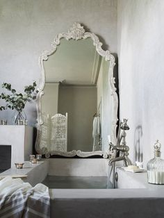 Tadelakt bath I can't find a bathroom that looks like the one in the den - but this is pretty close Beautiful Mirrors, Beautiful Bathrooms, Glamorous Bathroom, Bad Inspiration, Bathroom Inspiration, Mirror Inspiration, Style At Home, Design Hotel, House Design