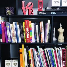 Só tenho uma vontade pra 2018: ler muito mais que em 2017! . . Esse ano Não vou fazer lista de metas nem de lugares pra conhecer muito menos de sonhos a perseguir! Só de livros  . . Dessa estante invejável da @ayshacorrea eu já anotei uns 5 pra ler! #bookshelfdecor #booklovers #2018wishlist