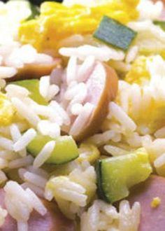 Arroz de salsichas e courgette com ovo mexido