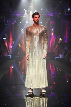 Shawn L. в Твиттере: «Indian fashion for men can be SO EXTRA sometimes... I LIVE!… » Indian Men Fashion, India Fashion, Mens Fashion, Fashion Line, Love Fashion, Fashion Design, Moda India, Traje A Rigor, Mens Crop Top