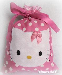 Saquinho surpresa Hello Kitty e sua turminha, em tecido 100% algodão, com aplicação em feltro e lacinho de cetim. Linda opção para festa do tema! Possível escolha de tecidos e cores! Tamanho: 20x15 cm R$6,00