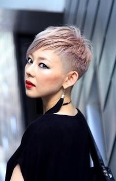 Cheeky and hip: wear your hair match-long! These 10 hairstyles show how beautifu… Cheeky and hip: wear your hair match-long! These 10 hairstyles show how beautiful this hair trend looks! Pixie Haircut Thin Hair, Blonde Pixie Cuts, Thin Hair Haircuts, Funky Hairstyles, Ladies Hairstyles, Pixie Haircuts, Funky Short Hair, Very Short Hair, Short Hair Cuts