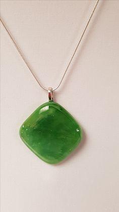 12 $ (1 1/4 x 1 1/4) Pendentif vert sans la chaîne. Chaine, cerceau noir ou cordon en tissus noir disponible sur demande.