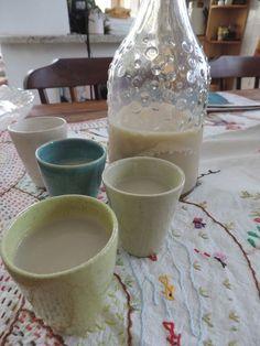 Ingredientes: 500 ml de soro de kefir, 300 ml de leite, 1 colher (sopa) de essência de baunilha, 4 gotas de essência de laranja, açúcar a gosto.