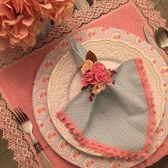 Guardanapo em tecido 100% algodão azul claro com poá rosa bebê e renda franja cor de rosa Floral Rosa, Tear, Napkins, Tableware, Blog, Accessories, Design, Kitchen Playsets, Tray Tables