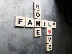 Lot de lettres scrabble géantes - FAMILY + HOME + LOVE en bois brut - Une idée cadeau de fête des mères originale