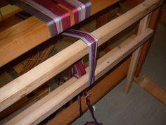 Mina fingrars verk: Det är spännande... Loom Weaving, Outdoor Furniture, Outdoor Decor, Bunk Beds, Clothes Hanger, Grupp, Home Decor, Facebook, Weaving