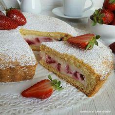 La torta crostata con ricotta e fragole è un dolce simile ad una torta di pasta frolla , ripieno di crema di ricotta e fragole fresche .