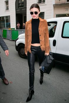 Pin for Later: 7 Reasons Miranda Kerr Is Our Favorite Style Star of Fashion Week She stepped out in Paris wearing a rocker-inspired look that included tight leather pants, a cropped top, and a fringe Saint Laurent jacket. Estilo Miranda Kerr, Miranda Kerr Street Style, Models Off Duty, Celebrity Outfits, Celebrity Style, Suede Jacket, Leather Pants, Black Leather, Suede Leather