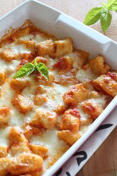 Gnocchi di patate alla sorrentina, con pomodoro, mozzarella, basilico e formaggio. Fatti in casa,buoni come quelli che faceva la nonna.