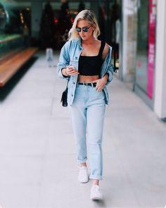 90' are back! @fiorellamattheis elegeu um look comfy composto por top cropped  jeans com barra dobrada  tênis branco. O truque de styling ficou por conta da jaqueta oversized com ombro caído. Gostaram? via HARPER'S BAZAAR BRAZIL MAGAZINE OFFICIAL INSTAGRAM - Fashion Campaigns  Haute Couture  Advertising  Editorial Photography  Magazine Cover Designs  Supermodels  Runway Models