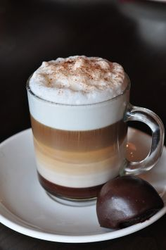 Great ways to make authentic Italian coffee and understand the Italian culture of espresso cappuccino and more! Coffee Cafe, My Coffee, Coffee Drinks, Irish Coffee, Coffee Mugs, Coffee Aroma, Coffee Break, Morning Coffee, Café Chocolate