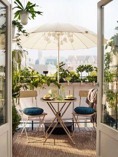 Balcony with folding SALTHOLMEN garden chairs in beige, a .- Balkon mit klappbaren SALTHOLMEN Gartenstühlen in Beige, eine kleine … Balcony with folding SALTHOLMEN garden chairs in beige, a small … - Small Balcony Garden, Outdoor Balcony, Outdoor Decor, Balcony Ideas, Ikea Outdoor, Small Balconies, Ikea Patio, Small Patio, Patio Table