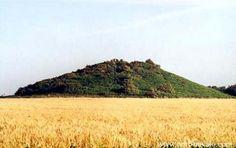 Tumulus de Tumiac.  Cet imposant Tumulus date d'il y a environ 5.000 ans. Ses dimensions, 20 mètres de haut, 300 mètres de circonférence et 42 mètres de diamètre, en font l'un des plus impressionnants de la région.  Brittany
