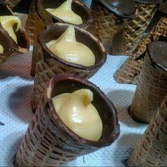 Cone trufado recheado de brigadeiro de maracujá