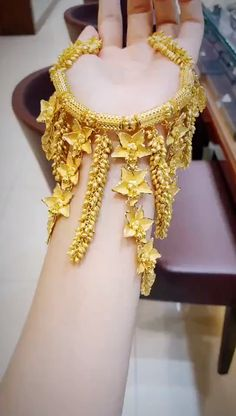 Have You Seen Such A Beautiful Gold Necklace Before? - Waw, have you seen such a beautiful gold necklace before? This is a domineering gold necklace, the - Dubai Gold Jewelry, Gold Jewellery Design, Dubai Gold Bangles, Gold Jewelry Simple, Rose Gold Jewelry, Gold Fashion, Indian Gold Necklace, Indian Jewelry Earrings, Chokers