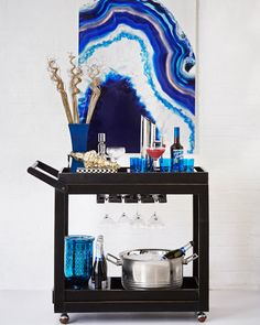 Bar Cart Ideas - There are some cool bar cart ideas which can be used to create a bar cart that suits your space. Having a bar cart offers lots of benefits. This bar cart can be used to turn your empty living room corner into the life of the party. Diy Bar Cart, Gold Bar Cart, Bar Cart Styling, Bar Cart Decor, Bar Carts, Bar Trolley, Styling Tips, Mobile Bar, Art Deco Stil